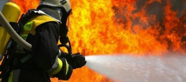Artista brucia disegni e incendia involontariamente l'appartamento.