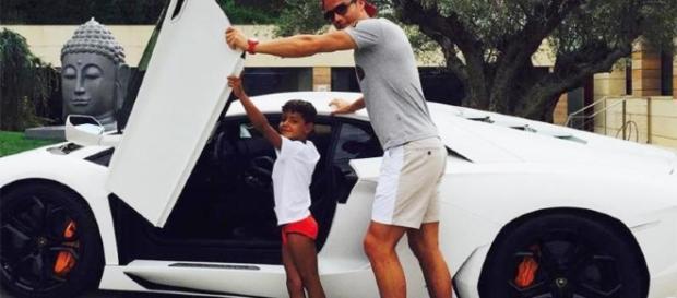 Cristiano Ronaldo ao lado do filho e de um dos seus 21 carros