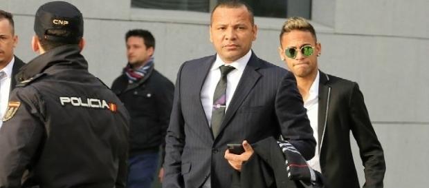 Neymar e seu pai chegando para uma audiência no Tribunal de Barcelona