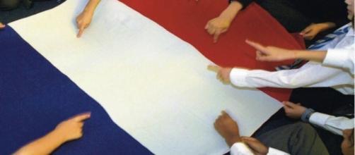 La bandiera francese, simbolo di apertura.