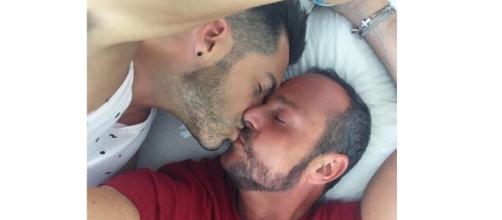 Nacho Montes y su novio en la cama.