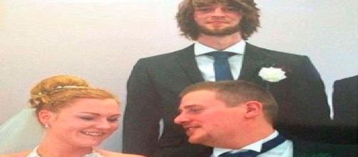 Oliver y su esposa en el día de su boda, atrás su mejor amigo.