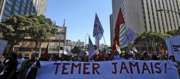 Protesto contra Temer reúne brasileiros no Largo da Batata em São Paulo