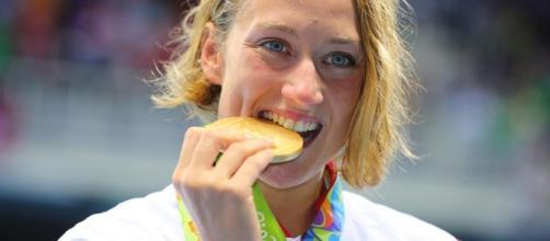 Belmonte muerde su medalla de oro