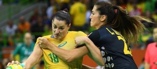 Brasileira sendo marcada pela espanhola no handebol