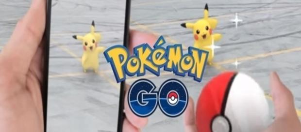 Jovens arriscam em lugares perigosos na tentativa de capturar Pokémon.
