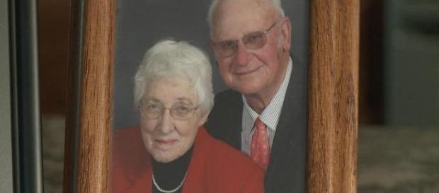Nici MOARTEA nu i-a putut despărţi pe doi BĂTRÂNI, după 63 de ani de CĂSNICIE