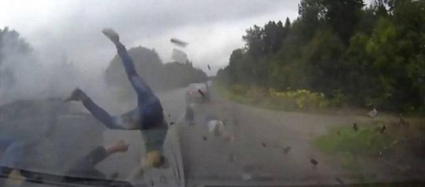 Vídeo mostra acidente incrível registrado em rodovia da Rússia