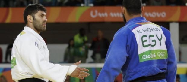 Atleta do Egito não aparta a mão no Judô