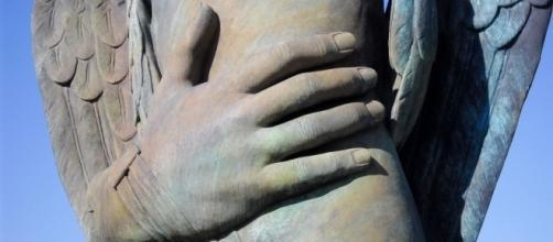 Igor Mitoraj, a Pompeii in Via dell'Abbondanza, particolare di : Eros alato con mano, 2013, bronzo, 285 x 293 x 147 cm. Foto di Stefano Armellin