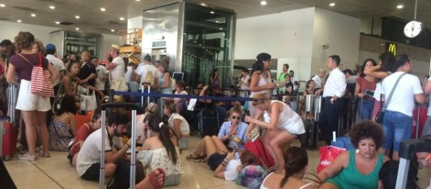 Foto del periodista Vicent Partal (Vilaweb) sobre pasajeros del tren BCN-Valencia esperando eternamente su salida como podían.