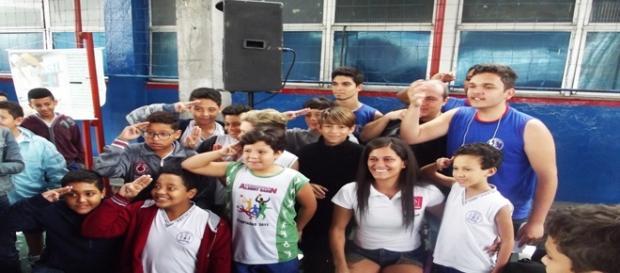Momento de descontração: os fãs fazem continência para a atleta paralímpica Carol Basílio