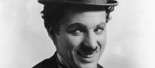 Charles Chaplin interpretando a Charlot, personajes cómico por excelencia
