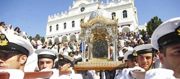 Epitáfio da Virgem Maria sendo conduzido no dia 15 de agosto em ilha da Grécia