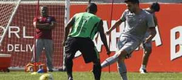 Marquinho, em bela cobrança de falta, asseurou vitória do Fluminense no jogo-treino contra o Nova Iguaçu (Foto: Nelson Perez / Divulgação FFC)