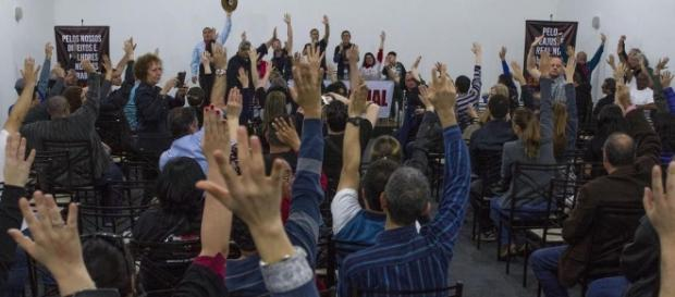 Após assembleia, bancários decidem entrar em greve