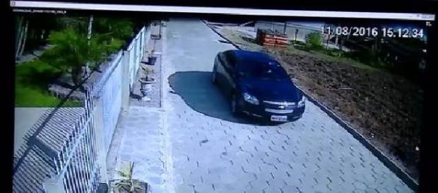 Carro do empresário flagrado pelas câmeras de segurança no local