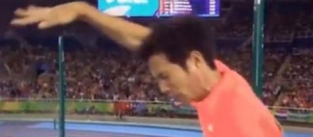 """Momento em que o atleta se dá conta do """"acidente"""" com seu pênis. Foto: reprodução Youtube"""