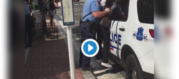 Policiais de Washington abusam na hora de abordarem garota