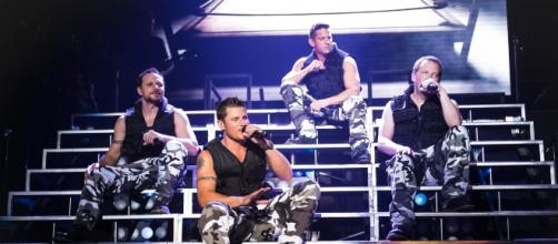 98 Degrees singing live. Photo by Tony Schock, GS Memorymaker, used with permission.