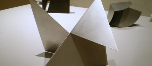 escultura geométrica brasileña en aluminio