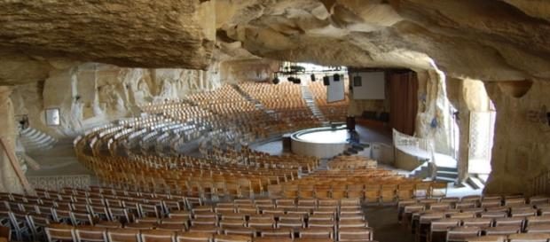 Impressionante: igreja localizada no Egito reúne milhares de fieis.