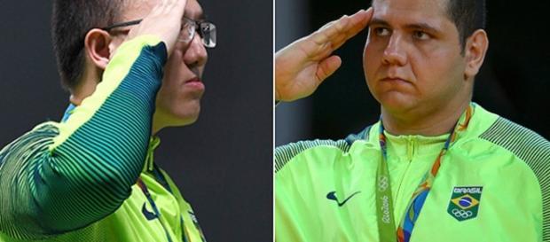 Militares fazem continência no pódio
