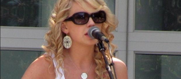 Swift performing at Yahoo! headquarters in Sunnyvale, California in 2007 / Photo via Brian Cantoni, Wikipedia