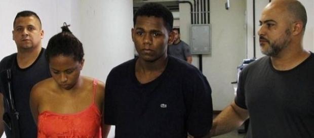 Casal sendo encaminhados à delegacia de polícia