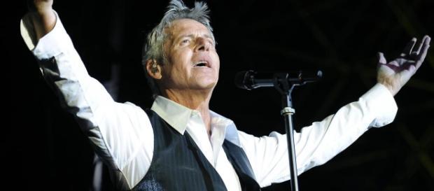 Claudio Baglioni durante un concerto ad Ischia perde le staffe