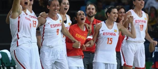 España se aseguró una medalla al vencer a Serbia