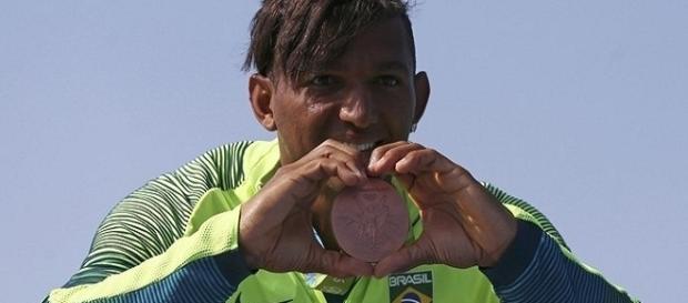 """Na canoagem, Isaquias leva medalha de bronze após """"milagre'' no final da prova."""