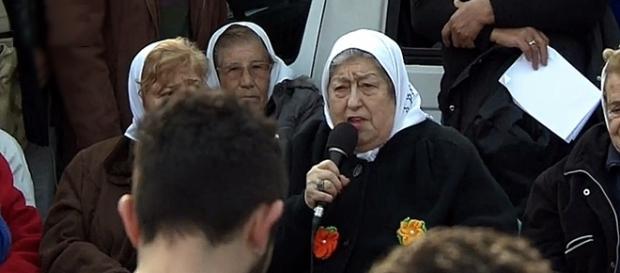 Hebe de Bonafini le habla a la multitud que se reunió para protegerla You Tube