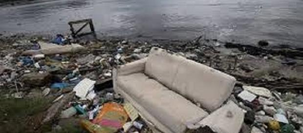 Lixos, fezes e até cadáver humano foi encontrado na Baía de Guanabara