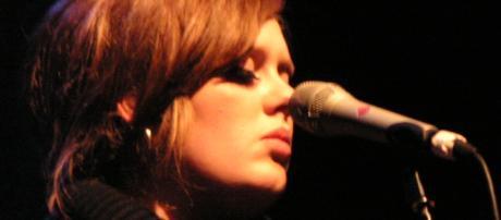 Adele surgiu sem maquilhagem e visivelmente doente