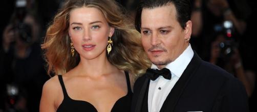 Amber Heard e Johnny Depp quando erano una coppia felice. Il divorzio consente a lei di incassare 7 milioni di dollari.