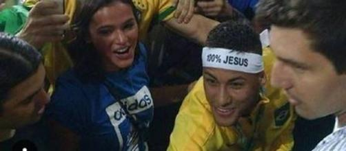 Neymar enfrenta a multidão e invade a arquibancada para comemorar a medalha de ouro com Marquezine.