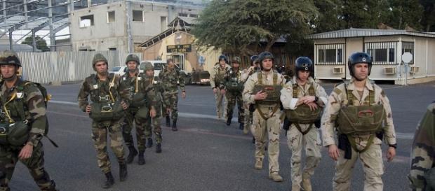 Militari din Legiunea Străină franceză și militari americani staționați la Camp Lemonier se antrenează împreună în misiuni de parașutism