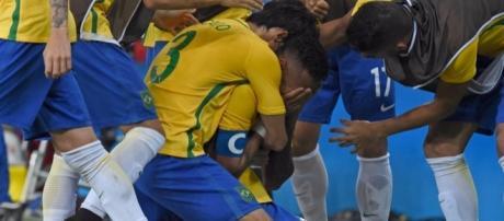 Neymar chora e comemora com os colegas a vitória do Brasil