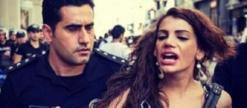 Hante Kader cerca di opporsi alla polizia nel corso del Gay Pride dello scorso anno