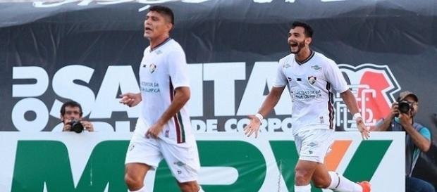Henrique Dourado (atrás) vibra com gol no triunfo sobre o Santa Cruz, no Recife (Foto: Futura Press)