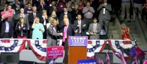 Donald Trump cede il palco al leader dell'Ukip