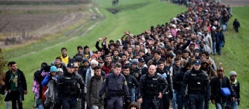 """Refugiados atraversando la denominada """"ruta Balcánica"""", hoy impracticable debido a los cierres fronterizos y el tratado de contención UE-Turquía."""