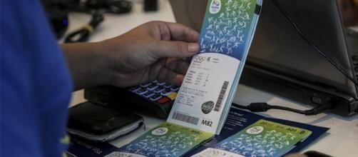 Si estende lo scandalo dei biglietti venduti dalla federazione irlandese. Dopo i due arresti, ora il sequestro dei passaporti per altri tre funzionari