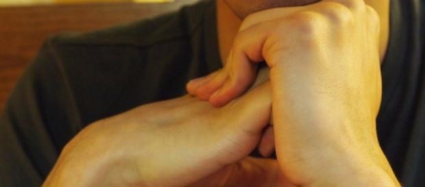 De acordo com pesquisa, o ato de estalar os dedos não prejudica as articulações