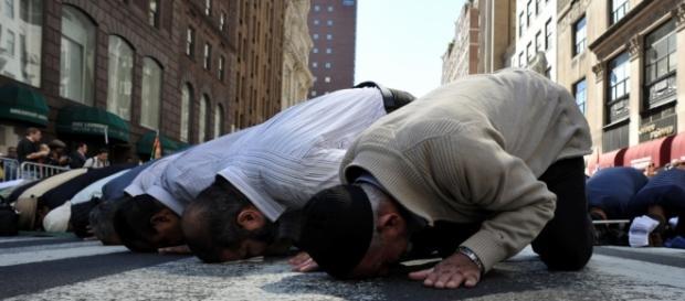 Muslims praying/Photo via support-healer.com