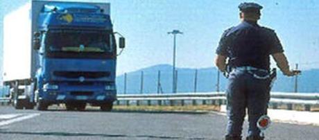 La Polstrada ferma i Tir per controllare la presenza di migranti.