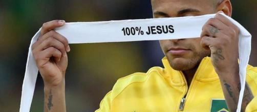 COI fará reclamação por faixa religiosa de Neymar no pódio