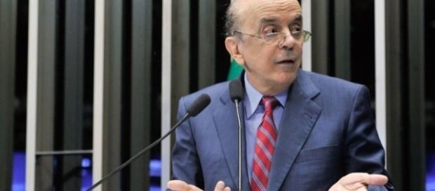 José Serra responde notificação (Foto: Geraldo Magela/Agência Senado)