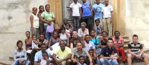 Alcuni rifugiati in un centro Sprar (immagine di repertorio Dailystorm.it)